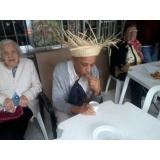 Cuidadora de idosos na Vila Anglo Brasileira